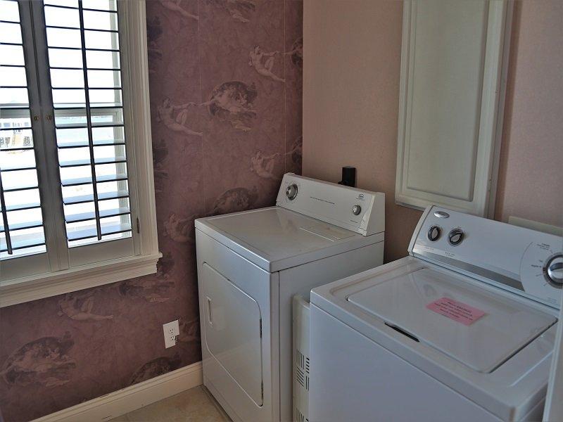 Salle de lavage avec laveuse et sécheuse