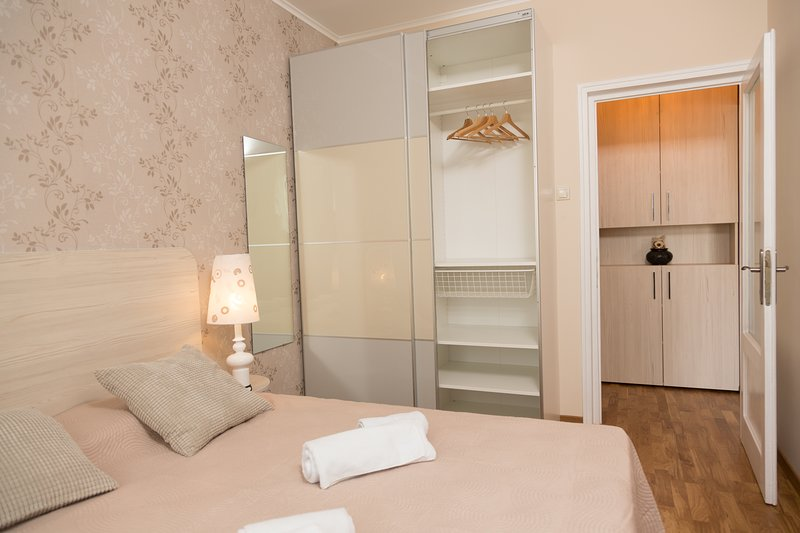 Dormitorio con armario tamaño completo