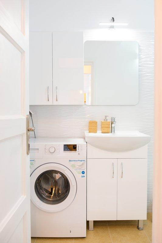 Baño completo. lavadora y secador de pelo disponibles