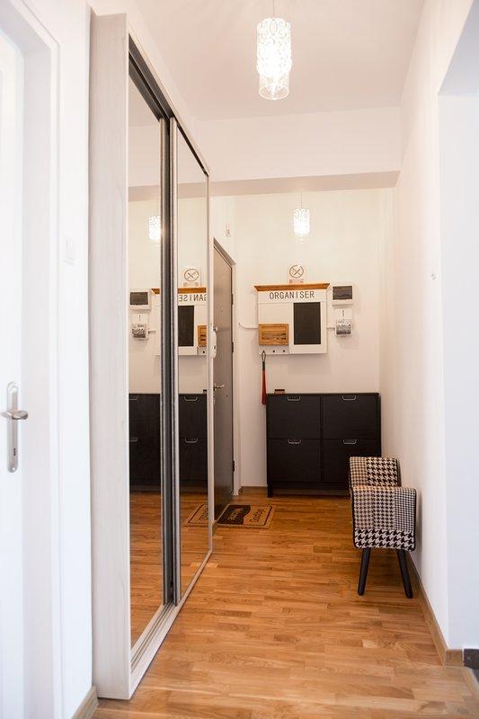 vestíbulo de entrada con un gran armario y enormes mirriors