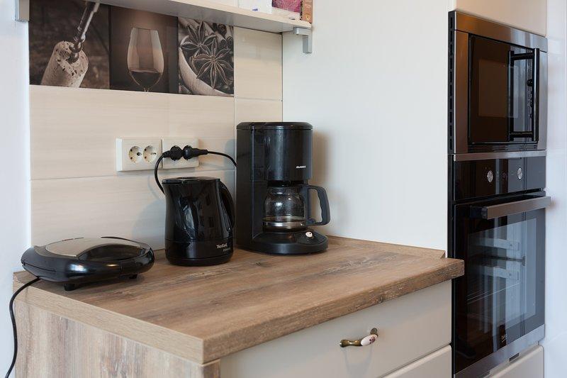 La cocina incluye cafetera, hervidor de agua, sandwichera y más