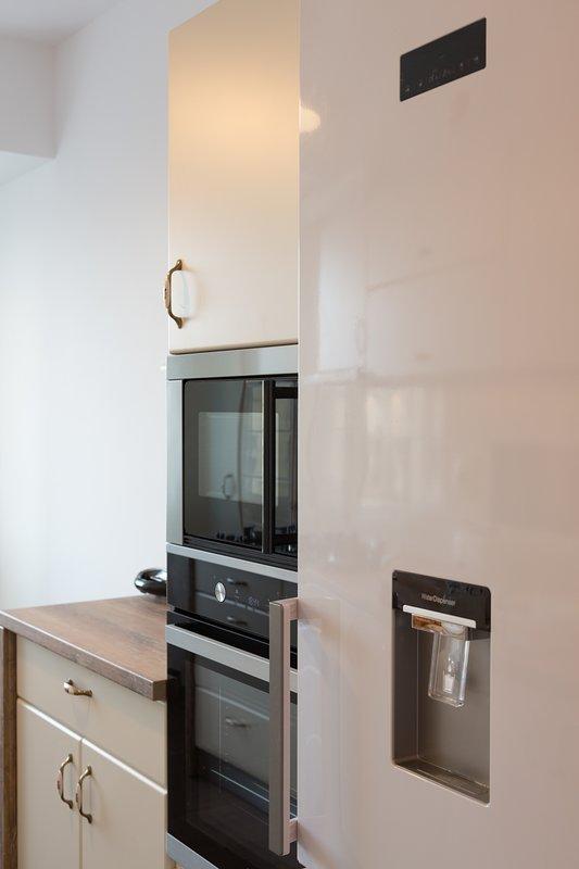Cocina. Horno, microondas y nevera congelador con dispensador de agua también están disponibles