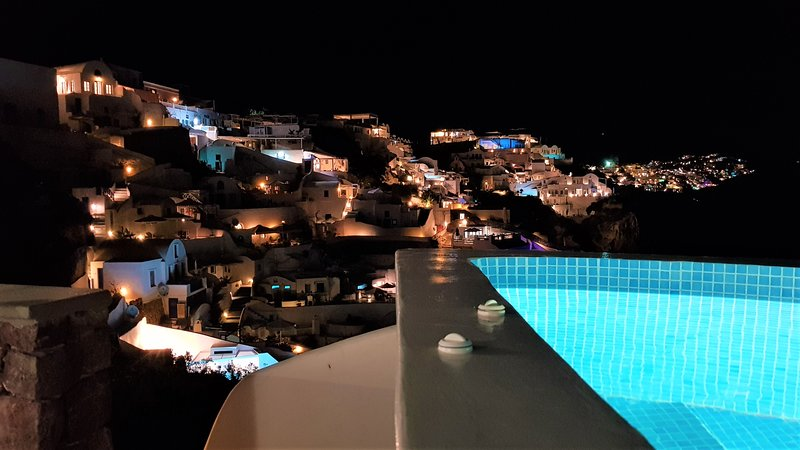 AQUA TERRA SUPERIOR PRIVATE VILLA  hot plunge pool  and sea view, Ferienwohnung in Santorin