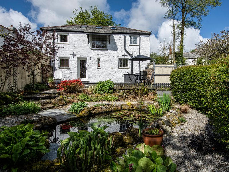 TREKENNER BARN, characterful and stylish converted barn. Close to moors and, holiday rental in Kennards House