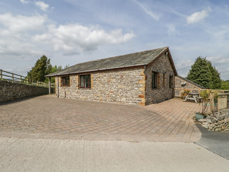 BECKSIDE BUNGALOW, dogs welcome, holiday park, on -site facilities, near Pooley, holiday rental in Askham