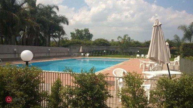 la piscina accesible a los residentes de la hierba de mar