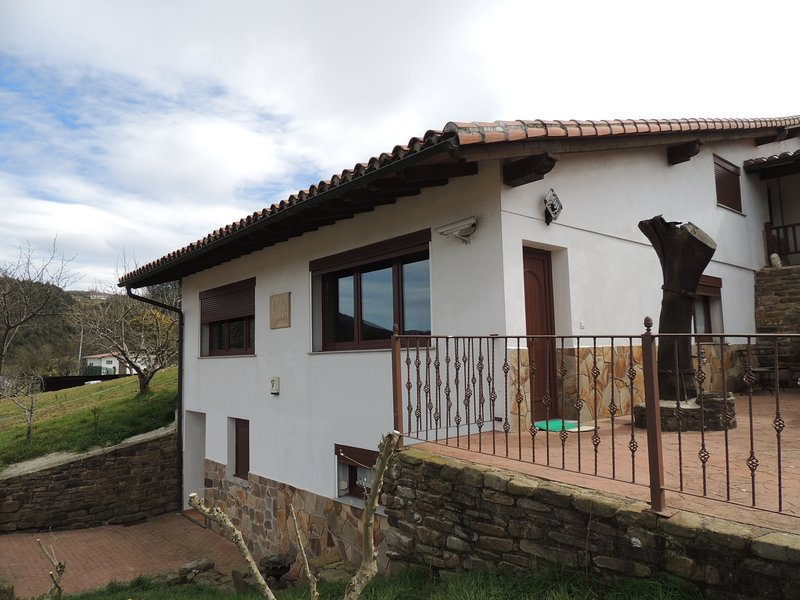 Garai Suit. Casa en la montaña a 15 minutos de Bilbao, holiday rental in Artea