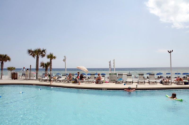 Le complexe de piscine en bord de mer est idéal pour se détendre et nager.
