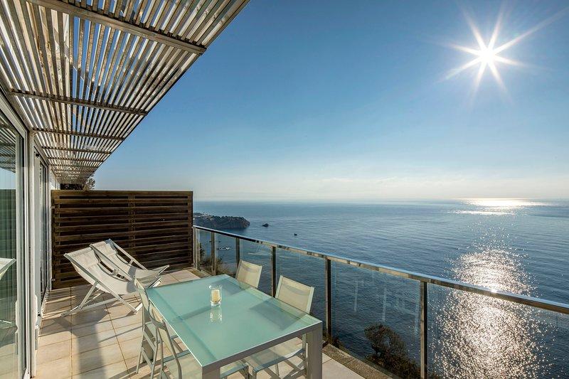 Apartamento con piscina en primera linea de mar, aluguéis de temporada em Sant Feliu de Guixols
