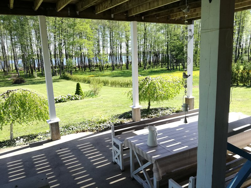 Entire lakeshore property – semesterbostad i Aukstadvaris