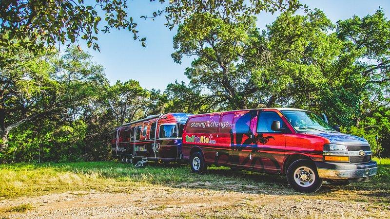 El Airstream y Chevrolet Express Van en todo es Glory