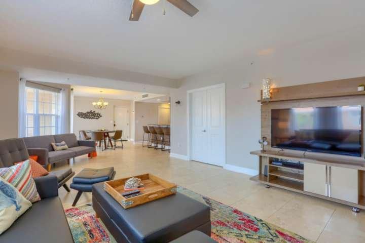 Relaxe depois de um dia na piscina ou na praia nesta espaçosa sala de estar com TV de tela plana e sofá-cama