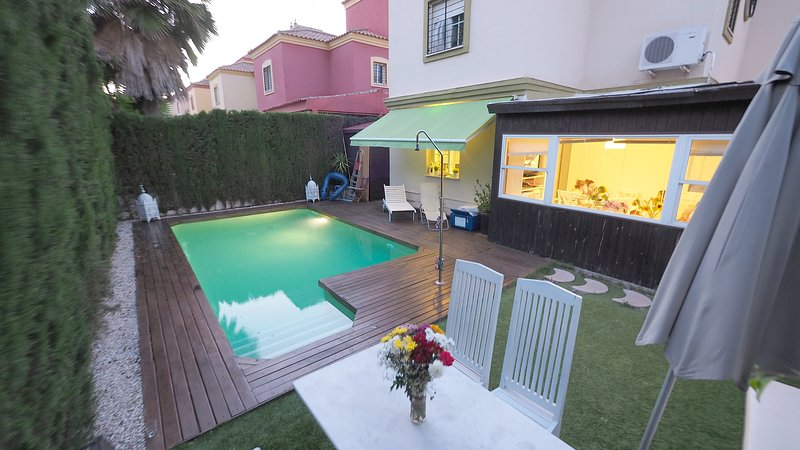 Amazing villa with swimming-pool, location de vacances à Castilleja de la Cuesta