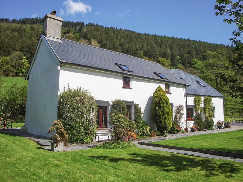 DAFARN NEWYDD, romantic, character holiday cottage, with a garden in Dinas, holiday rental in Mallwyd