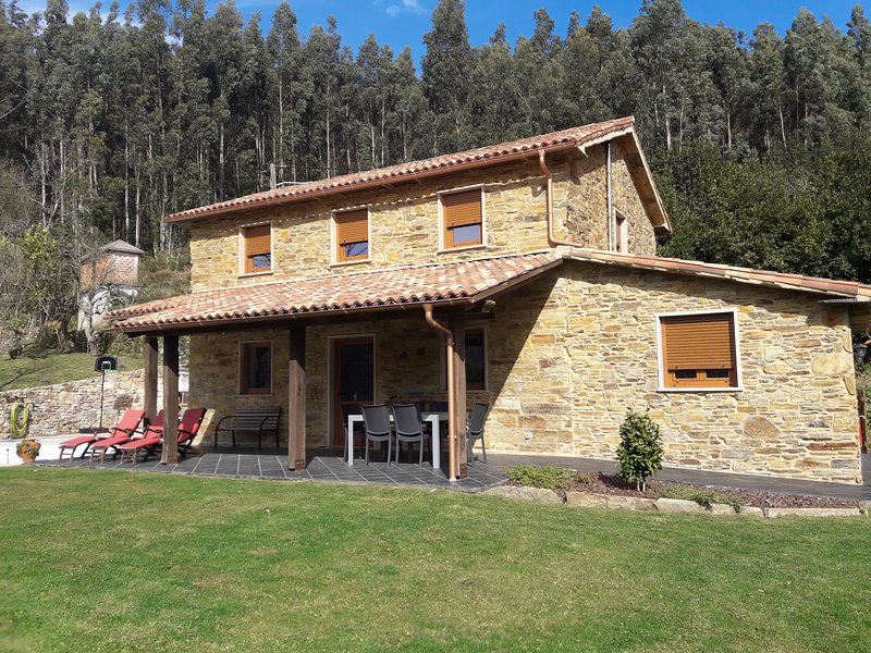 Casa da Fonte, country home at the footsteps of the highest cliffs in Europe, vacation rental in Valdovino