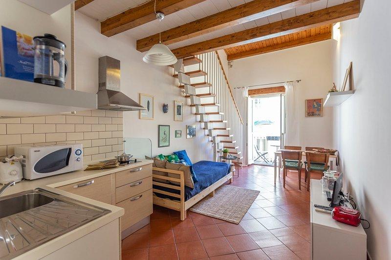 Das Wohn- / Esszimmer mit Doppelschlafcouch und der Küche