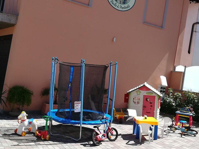A play area for your children to play with confidence in the yard (electric gate)
