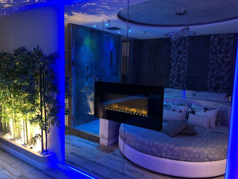 Romantisk rum med stor spegel inför sängen, och justerbar Eldstad