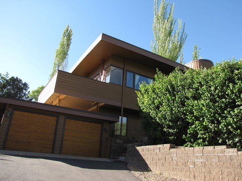 Frente de casa por las escaleras a la derecha de las puertas de garaje