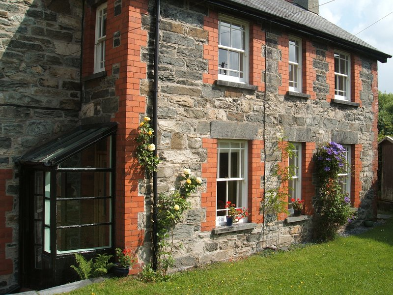 BRYN AWEL Traditional characterful cottage.4 miles from Betws y Coed., vacation rental in Dolwyddelan