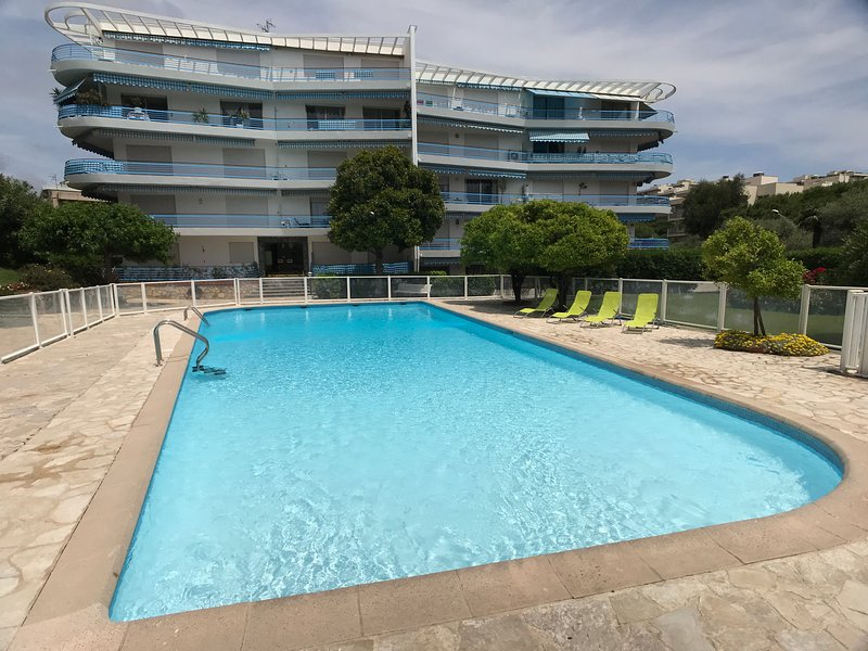 Closest 3 Bed Apt with Pool & Garden to the centre of JLP's Sandy Beaches & Bars, alquiler vacacional en Juan-les-Pins