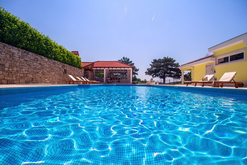 Tamaño de la Propiedad 4,000 metros cuadrados ofrece piscina privada, pista de tenis, parque infantil ...