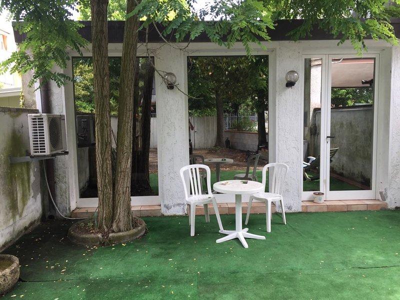 Casa indipendente con giardino, aluguéis de temporada em Lido delle Nazioni