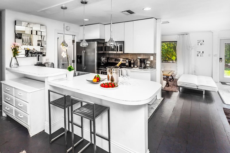 Fully equipped kitchen with eat-in-bar