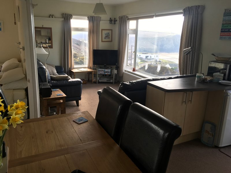 Nuestro Salón comedor con 2 y 4 Settees.DiningTable Chairs.Views a la playa y la costa.