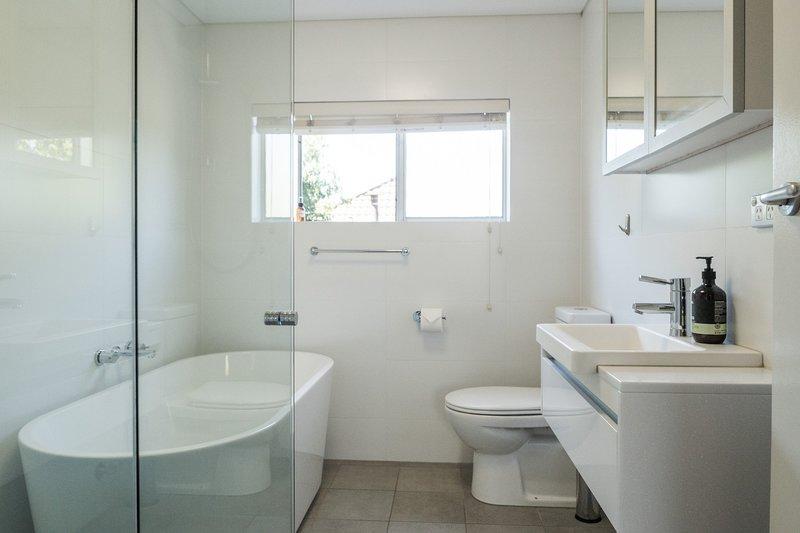 Elegante baño recién reformado w / gran bañera independiente y showe walk-in