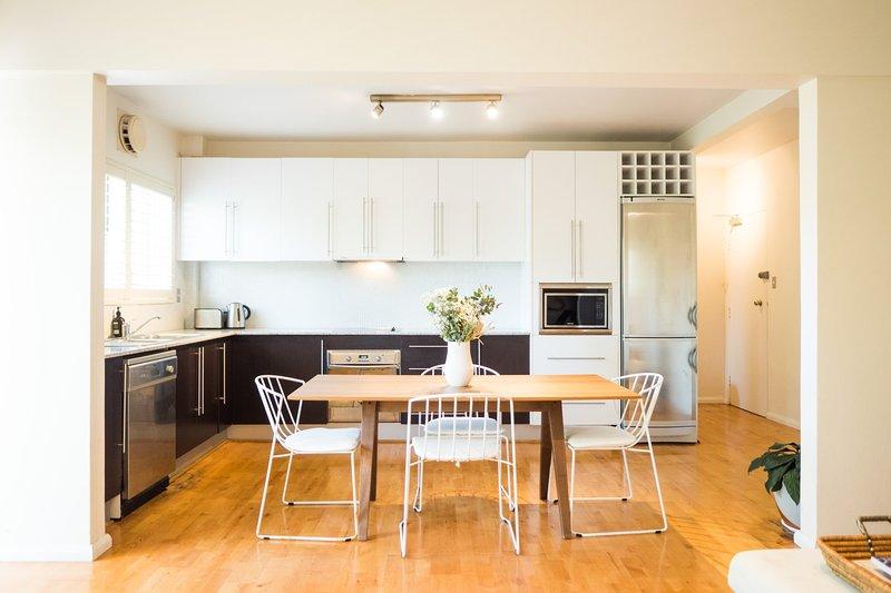Generosa zona de comedor de diseño abierto con cocina abierta