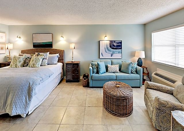 SB114: Efficiency Condo in Town, Near Beach, Shared Pool & Hot Tub, location de vacances à Port Aransas