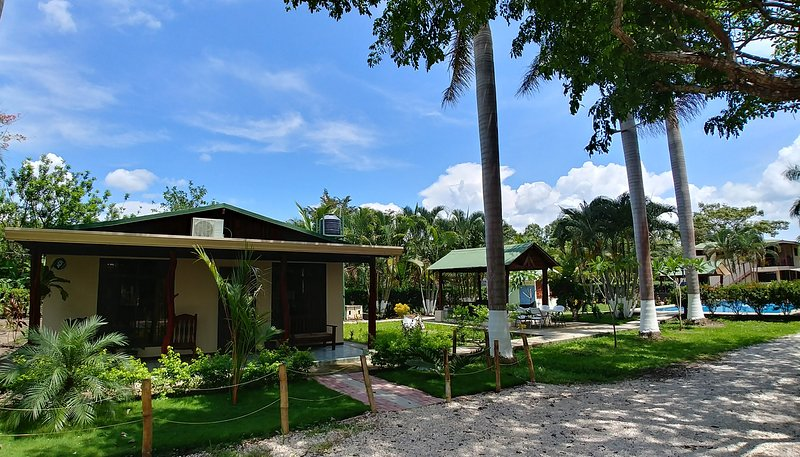 Eladio's Place-Explore Paradise, Palma real cottage.