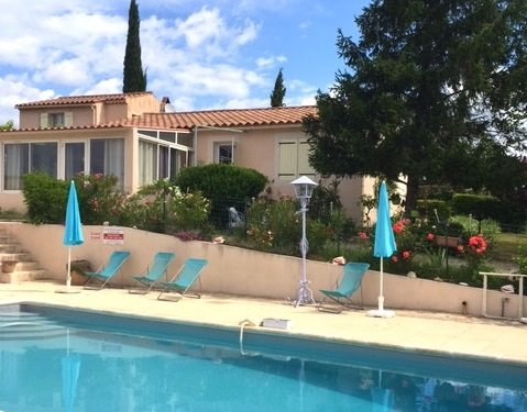 Nice house with shared pool & Wifi, location de vacances à Villelaure