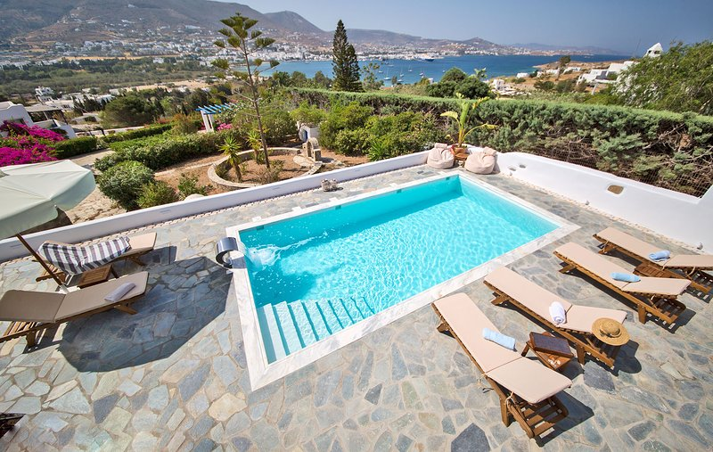 Villa Deep Blue, a luxury 4 br villa with private pool next to Parikia, location de vacances à Krotiri