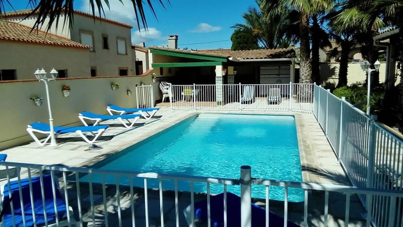 Big villa with swimming-pool & Wifi, holiday rental in Peyrestortes