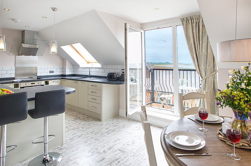 Dine in style in this lovely property close to the Harbour