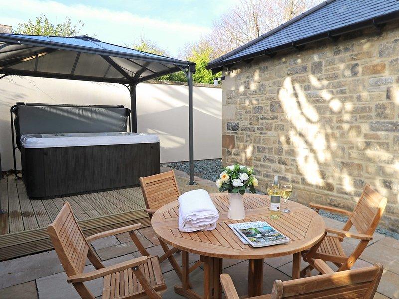 Cenare all'aperto o rilassarsi nella vasca idromassaggio privata