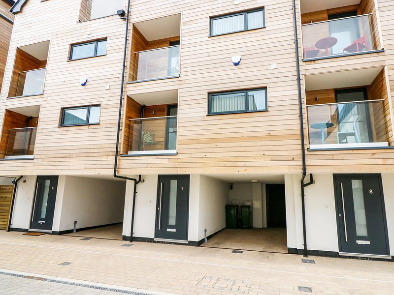 7 OCEAN GATEWAY, contemporary style, Juliet balconies, WiFi and Sky TV., Ferienwohnung in Burmarsh