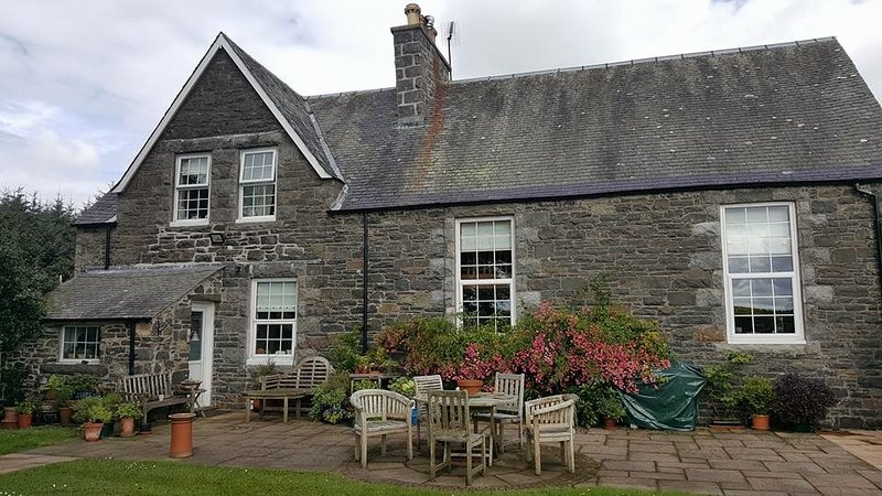 Old Schoolhouse, peaceful and cozy in beautiful setting - Sleeps 10, aluguéis de temporada em South Ayrshire