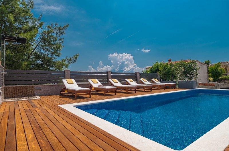 NEW! Villa Arya with private heated pool, roof hot tub, sauna, gym near Split, holiday rental in Podstrana