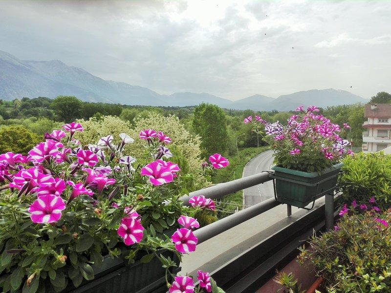 Bellissimo attico con terrazza e vista sui monti, aluguéis de temporada em Gagliano Aterno