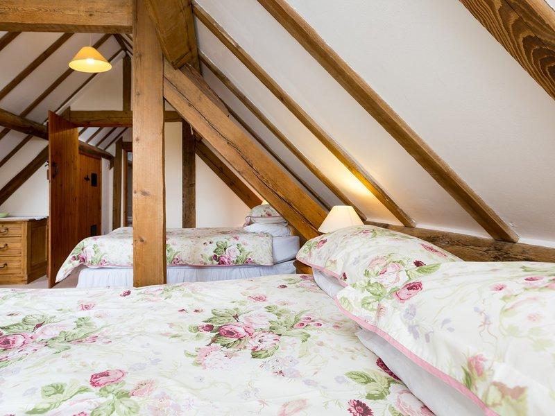 quarto de casal com cama de solteiro adicional
