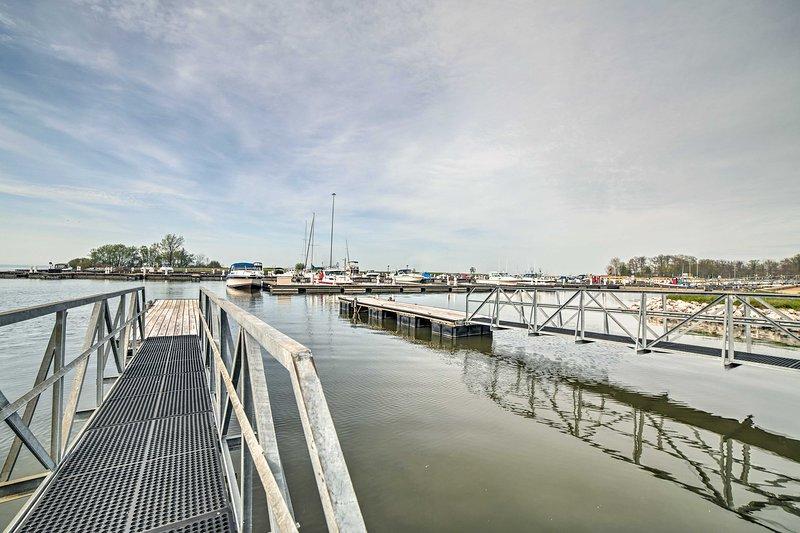 El puerto deportivo ofrece infinitas aventuras en bote a solo unos kilómetros de distancia.