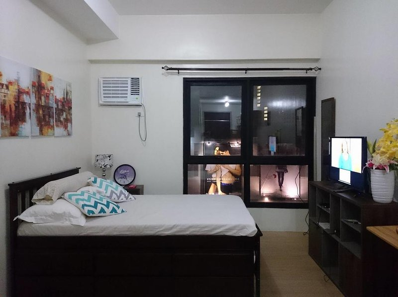 Fabulous Flat in Quezon City`s Shopping District, vacation rental in Quezon City