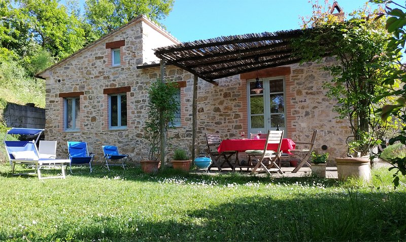 Romantic stone cottage,secluded garden, private terrace, lovely views, free wifi, holiday rental in Cana