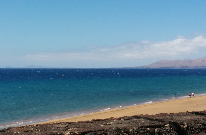 Puerto del Carmen tem muitas praias diferentes - algumas organizadas com espreguiçadeiras e gaivotas, outras tranquilas