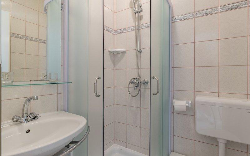 Blanc (2): salle de bain avec WC