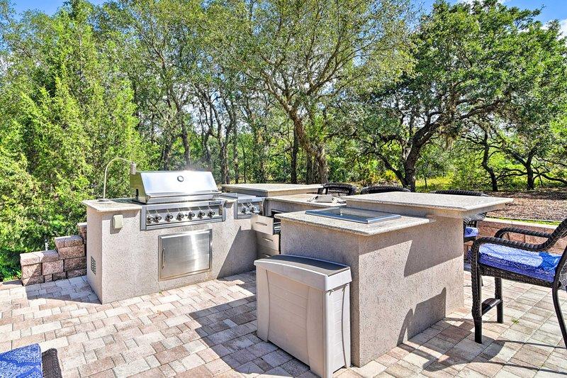 La cocina de lujo al aire libre incluye todo lo necesario para una comida al aire libre!