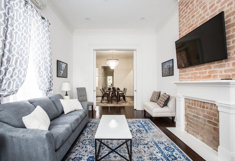 "Sala de estar. sofá-cama queen. 55"" tv wifi. Olhando para a sala de jantar, corredor quarto."